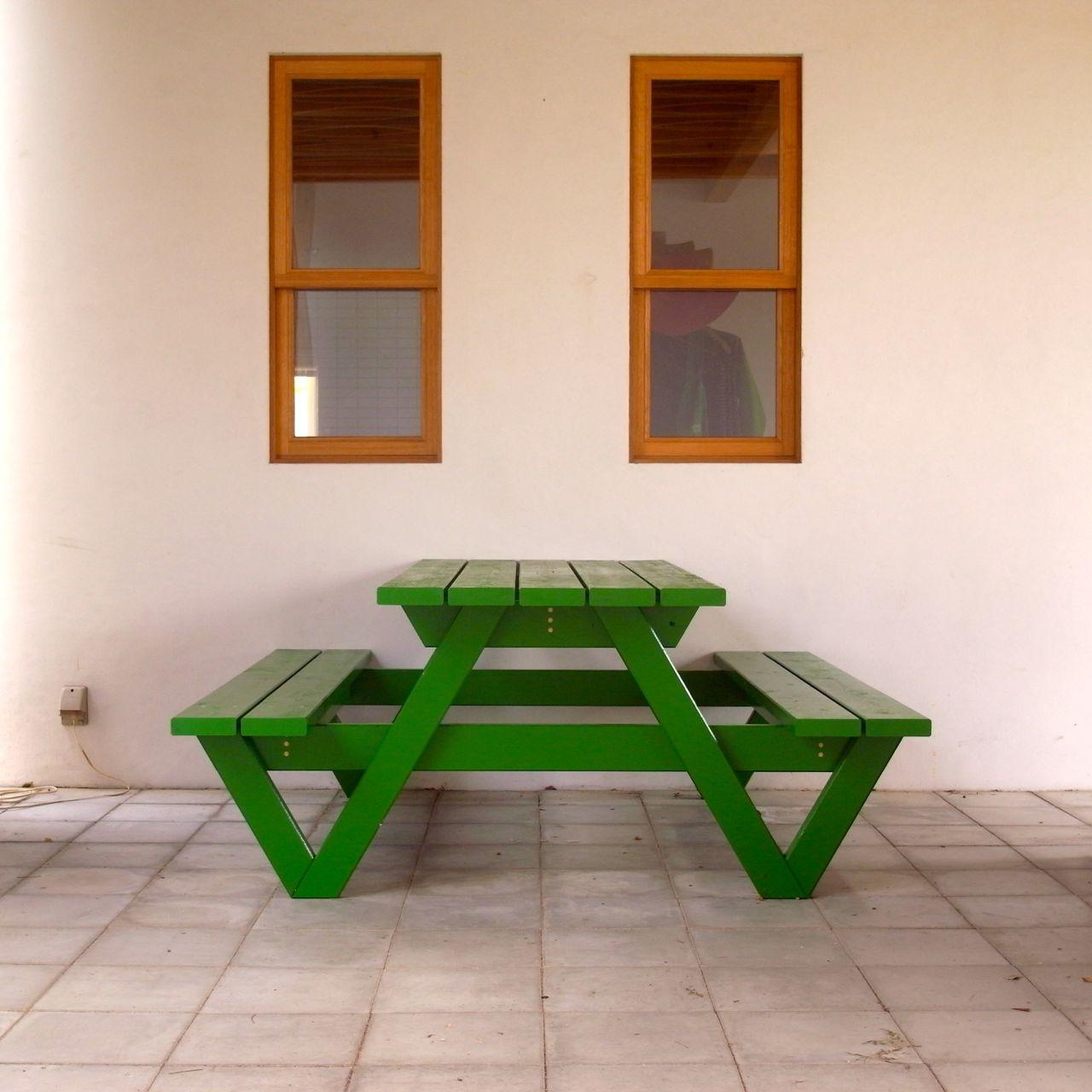 W:1600 mm(片側に3人が座れます。)  D: 1670 mm(写真の方向)  H:   700 mm SH: 420 mm